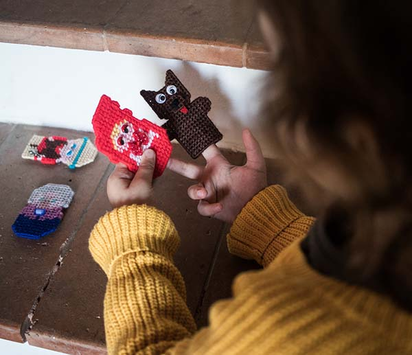 Giulia gioca con le mie creazioni in plastic canvas | Magliamo'